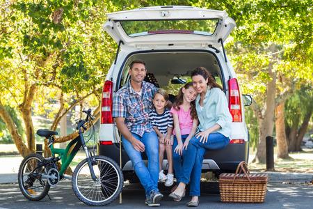 Familia feliz que consigue listo para viaje por carretera en un día soleado Foto de archivo