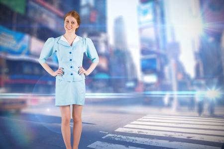 hotesse avion: Jolie h�tesse de l'air souriant � la cam�ra contre floue nouvelle rue york