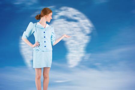 hotesse de l air: H�tesse de l'air Jolie pr�sentant main contre globe g�n�r� num�riquement dans le ciel