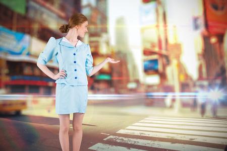 hotesse de l air: H�tesse de l'air Jolie pr�sentant main contre floue nouvelle rue york Banque d'images