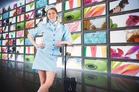 hotesse de l air: Jolie h�tesse de l'air souriant � la cam�ra contre les images de mode de vie de collage montrant l'�cran Banque d'images