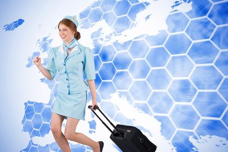 hotesse avion: Jolie h�tesse de l'air en tirant valise sur fond avec Europa carte