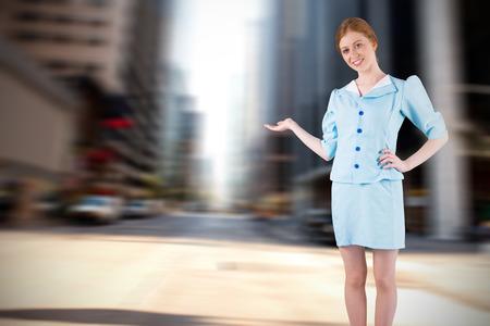 hotesse de l air: H�tesse de l'air Jolie pr�sentant avec la main contre la nouvelle rue york