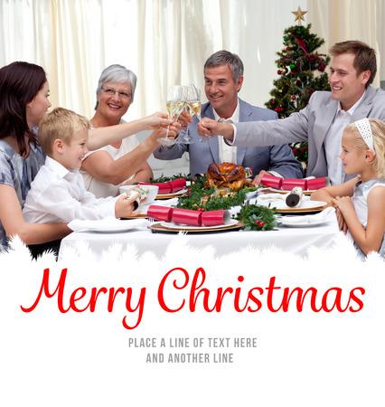 comida de navidad: Familia beber un brindis en una cena de Navidad contra feliz navidad