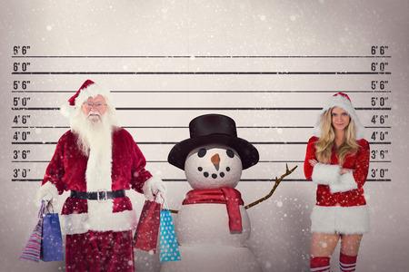 pere noel sexy: Père Noël porte des sacs de Noël contre tasse tir fond Banque d'images