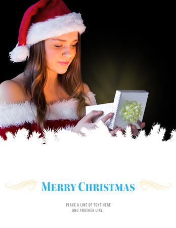 pere noel sexy: Jolie brunette � santa tenue ouverture cadeau contre fronti�re