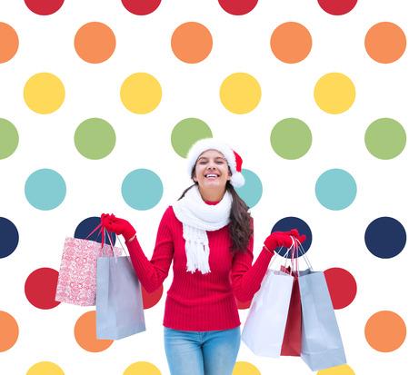 pattern pois: Sacchetti Festive spesa bruna tenendo contro colorato polka dot pattern