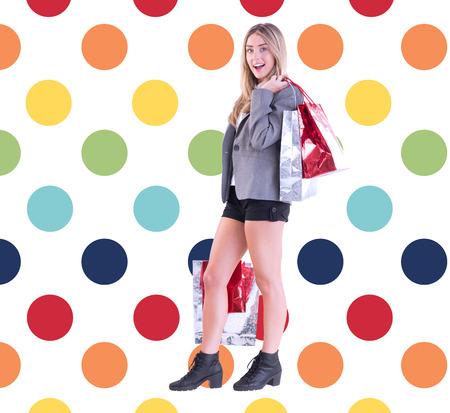 pattern pois: Borse alla moda holding shopping bionda contro colorato polka dot pattern