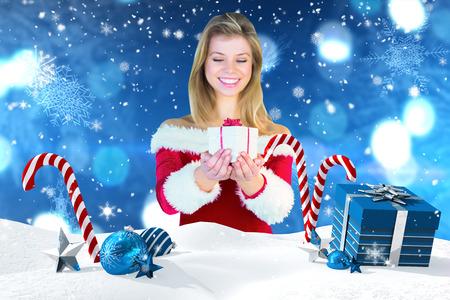 pere noel sexy: Jolie fille � santa costume tenant cadeau contre sc�ne de No�l avec des cadeaux et des cannes de bonbon
