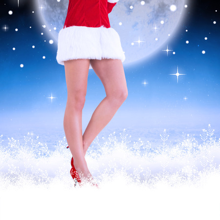 pere noel sexy: La moiti� inf�rieure de sexy Santa fille contre des nuages ??blancs sous le ciel bleu