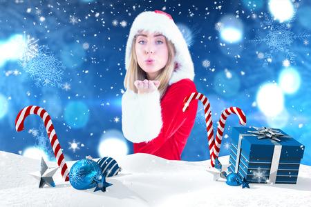pere noel sexy: Jolie fille père soufflant sur la main contre scène de Noël avec des cadeaux et des cannes de bonbon