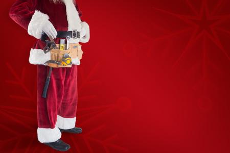 pere noel: Le P�re No�l porte une ceinture d'outils sur fond rouge Banque d'images