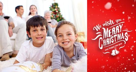botas de navidad: Niños sonrientes en busca de regalos en las botas de Navidad contra viñeta roja
