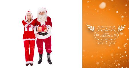 señora: Santa y señora Claus sonriendo a la cámara regalo de ofrecimiento contra la viñeta de naranja