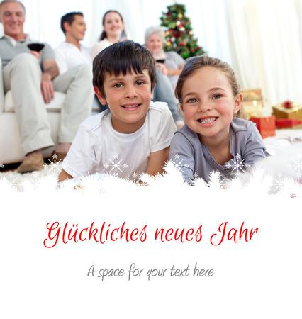 botas de navidad: Niños sonrientes en busca de regalos en las botas de Navidad contra felicitación de la Navidad en alemán