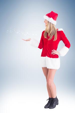 pere noel sexy: Jolie fille Santa présentant avec la main sur la vignette de fond