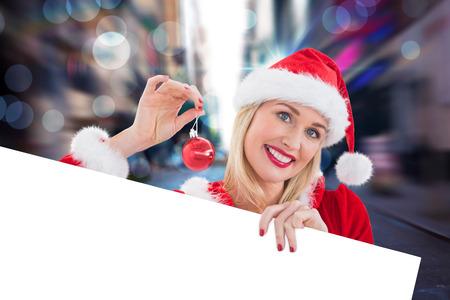 pere noel sexy: Festive d�montrant blond carte blanche contre floue nouvelle rue York
