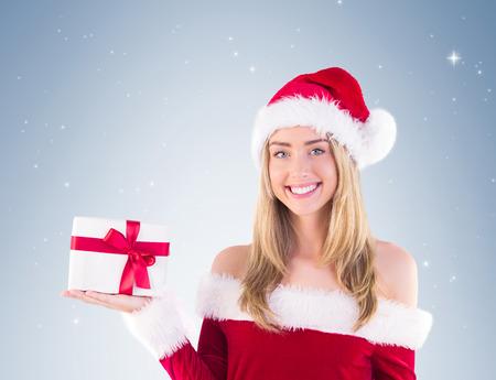 pere noel sexy: Jolie Santa fille tenant cadeau sur la vignette fond Banque d'images