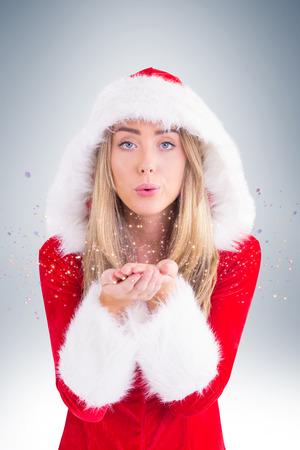 pere noel sexy: Jolie fille p�re souffler sur les mains sur la vignette fond