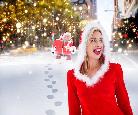 pere noel sexy: Blonds festives qui cherchent � le c�t� contre Santa livraison des cadeaux dans la ville