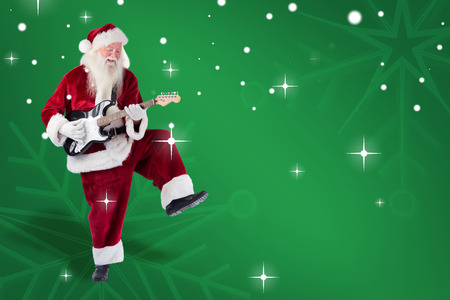 Weihnachtsmann hat Spaß mit einer Gitarre gegen grüne Schneeflocke Hintergrund Standard-Bild - 46074548