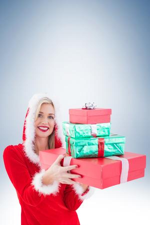 pere noel sexy: Pile de maintien blonds festive de cadeaux sur fond vignette