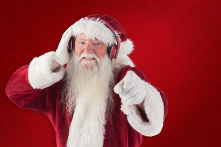 escuchando musica: Santa está escuchando algo de música contra el fondo rojo