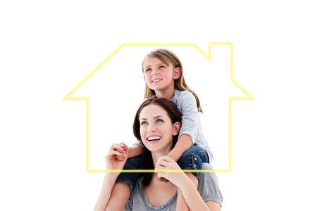 familia animada: Madre alegre que da a cuestas paseo a su hija contra la casa de esquema Foto de archivo
