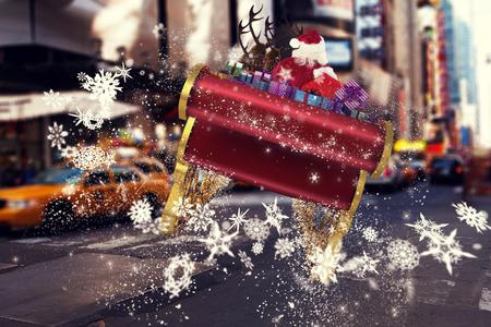 papa noel en trineo: Vuelo de Santa en su trineo contra borrosa calle nueva york