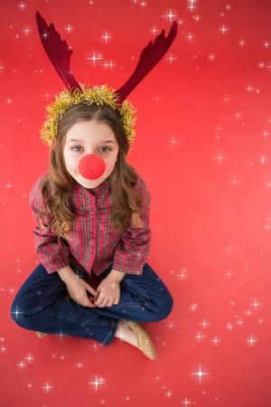 nariz roja: Niña festiva que desgasta la nariz roja contra estrellas titilantes