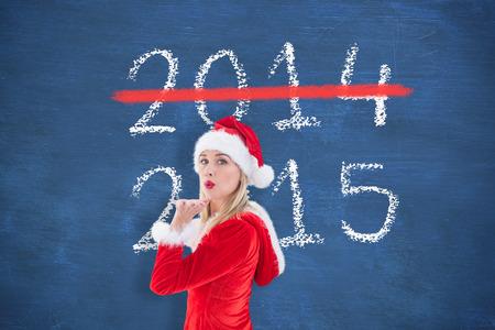 pere noel sexy: Blonds festive soufflant un baiser contre le tableau bleu