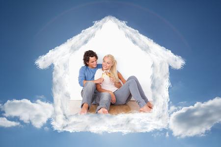 brindisi spumante: Ritratto di una coppia carina tostatura contro il cielo nuvoloso con il sole