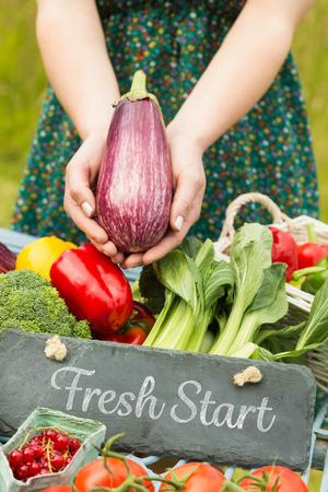 frisse start: Verse start tegen handen met een aubergine Stockfoto