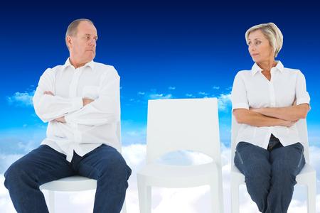 not talking: Coppie Upset non parlano tra di loro dopo la lotta contro luminoso cielo blu sopra le nuvole