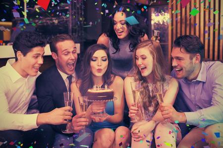 compleanno: Amici attraente che celebra un compleanno contro pieni voti