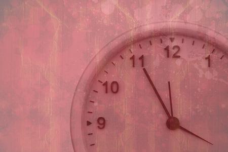 peinture rouge: Horloge contre la surface de la peinture rouge �clabouss� Banque d'images