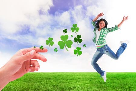 persona saltando: morena feliz contra campo verde