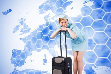 hotesse de l air: Jolie h�tesse de l'air souriant � la cam�ra sur fond avec europa carte