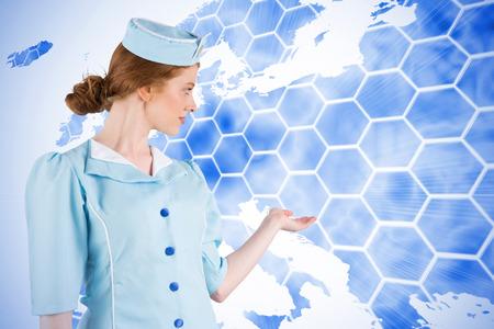 hotesse avion: H�tesse de l'air Jolie pr�sentant avec la main sur le fond avec europa carte Banque d'images