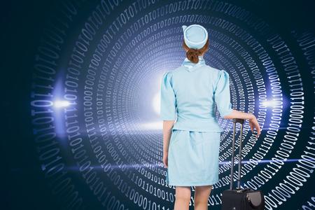 hotesse avion: Jolie h�tesse de l'air se penchant sur valise contre spirale de code binaire brillant