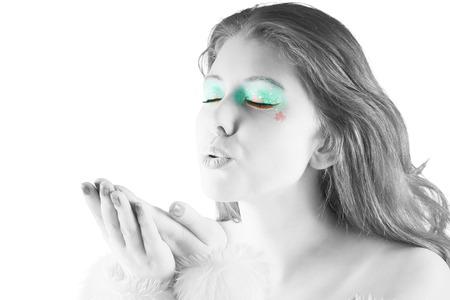 pere noel sexy: Fille avec le maquillage de f�te en noir et blanc sur fond blanc