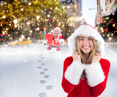 pere noel sexy: Jolie Santa Girl souriant � la cam�ra contre Santa livraison des cadeaux dans la ville