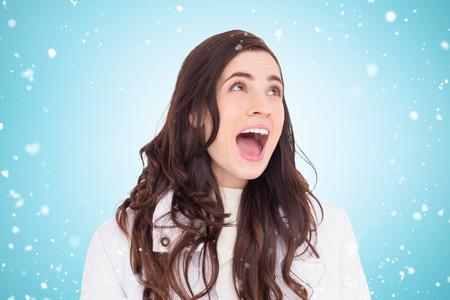 capelli castani: Bellezza capelli bruni in bianco urlando contro cappotto blu vignetta Archivio Fotografico