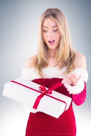 pere noel sexy: Jolie fille p�re ouverture cadeau sur la vignette fond
