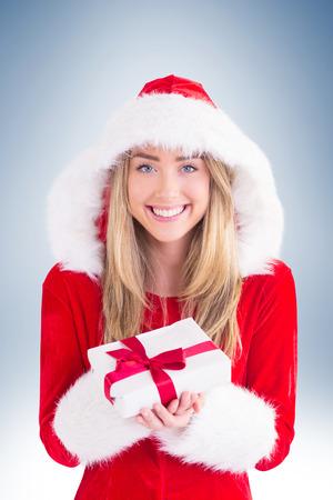 pere noel sexy: Sexy Santa fille tenant cadeau sur la vignette fond Banque d'images