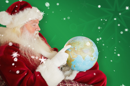 pere noel: P�re No�l pointant vers globe contre verte flocon fond