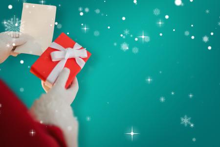 pere noel: P�re No�l tenant un cadeau contre verte Banque d'images