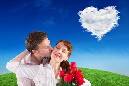 mujer con rosas: Mujer que consigue rosas del hombre contra el corazón de la nube Foto de archivo