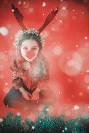 nariz roja: Niña festiva que desgasta la nariz roja contra el diseño de la luz centelleante generada digitalmente