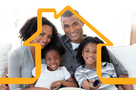 mujeres felices: Familia que ve la televisi�n en casa contra casa esquema